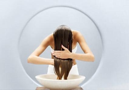 Lavare la vernice da risposte di olio di capelli